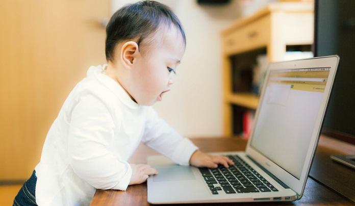 赤ちゃんがパソコンをいじる