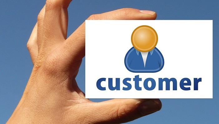 customerの名刺を持つ手