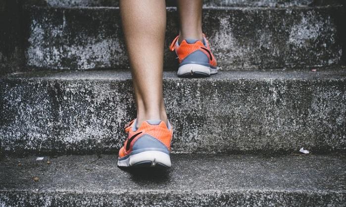 階段を上る脚