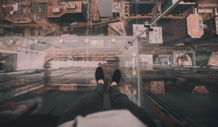 高所に立つ人