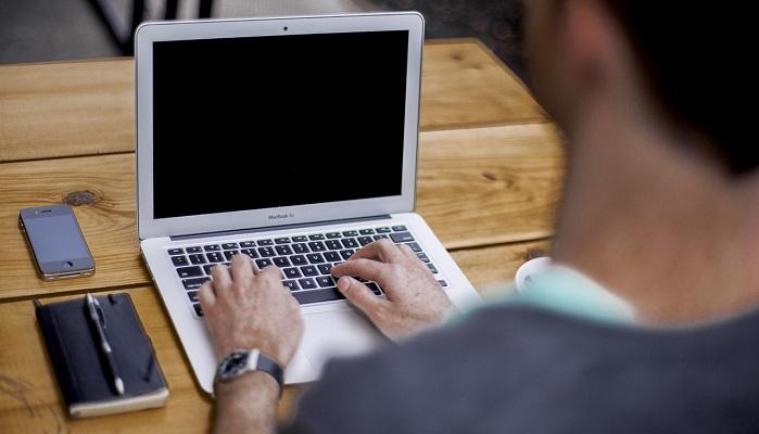 ブログ執筆するブロガー