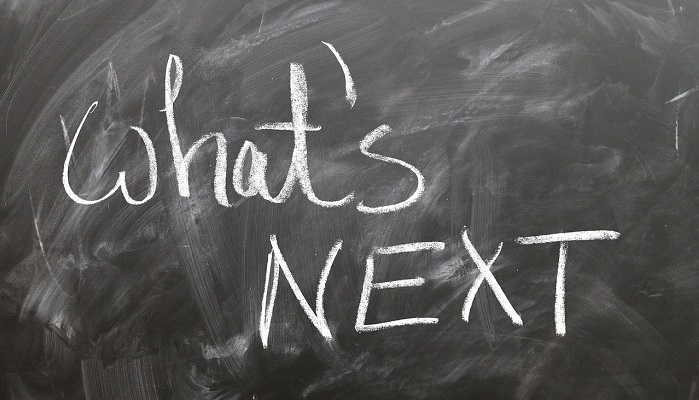 黒板に書かれた「What's next」