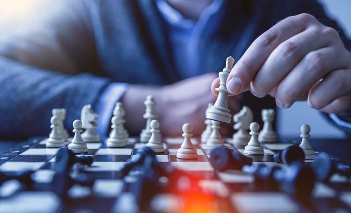 チェスの駒を動かす人