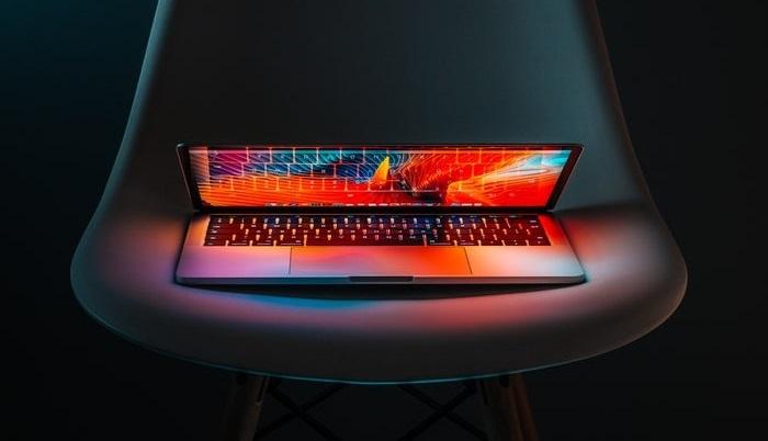 半開きのパソコン