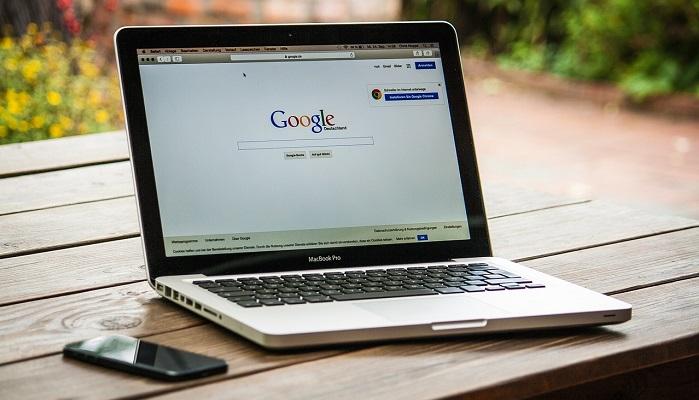 Googleのトップ画面が表示されているMacPC