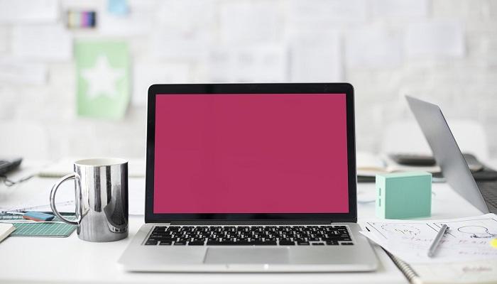 ピンクのホーム画面のPC