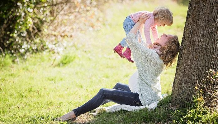 公園にいる母と子供
