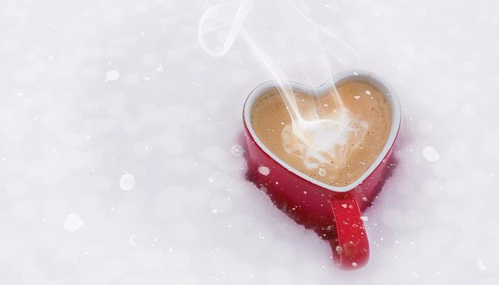 ハート型マグカップに入ったコーヒー